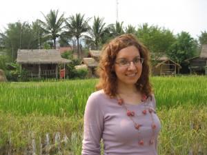 Na ekološki kmetiji v Laosu, v ozadju riževo polje